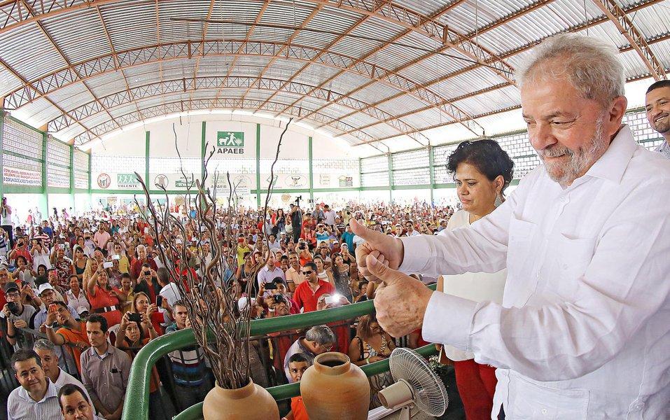 """Durante evento no sertão da Bahia nesta sexta-feira 27, o ex-presidente Lula criticou a imprensa por noticiar apenas fatos negativos: """"Quem é invisível para a mídia produz 70% dos alimentos do Brasil"""", observou; Lula destacou que em 2008, início da crise internacional, os mais pobres seguiram movimentando a economia, mais que os ricos brasileiros; """"Por isso digo a Dilma: não ouça só quem te procura para reclamar. Temos de ouvir quem trabalha""""; ele também sustentou que as pessoas devem """"se colocar no lugar"""" da presidente Dilma Rousseff antes de criticá-la; """"Cada um de vocês precisa ajudar a Dilma. Quero que vocês imaginem a pressão que esta mulher está sofrendo, a dificuldade que ela está passando. Antes de criticar, se coloquem no lugar dela"""", disse"""