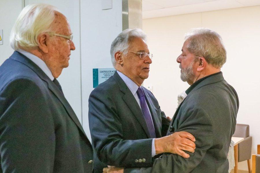 Ex-presidente Fernando Henrique Cardoso (PSDB) visitou o ex-presidente Lula no Hospital Sírio Libanês, em São Paulo, pouco após a divulgação do boletim médico informando a ausência de fluxo cerebral em Marisa Letícia, mulher de Lula, nesta quinta-feira 2; quando a ex-primeira-dama Ruth Cardoso, mulher de FHC, faleceu em 2008, Lula compareceu ao velório; Dilma Rousseff, que estava na França, já antecipou seu retorno ao Brasil