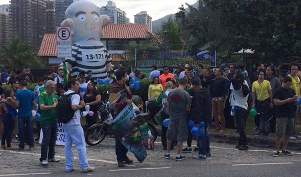 Protesto em prol do parlamentar ultrarradical de direita reuniu algumas dezenas de pessoas em frente ao condomínio onde ele mora, na Barra da Tijuca, zona oeste da cidade; a marcha, promovido pelo Movimento Direita, Já, foi realizada uma semana depois de um protesto contra o parlamentar, este coordenado pelo grupo Levante Popular, no mesmo local; Bolsonaro também participou do ato deste domingo e discursou para seus apoiadores; antes mesmo do discurso começar, manifestantes gritaram o nome do coronel Brilhante Ustra, torturador-mor do regime militar