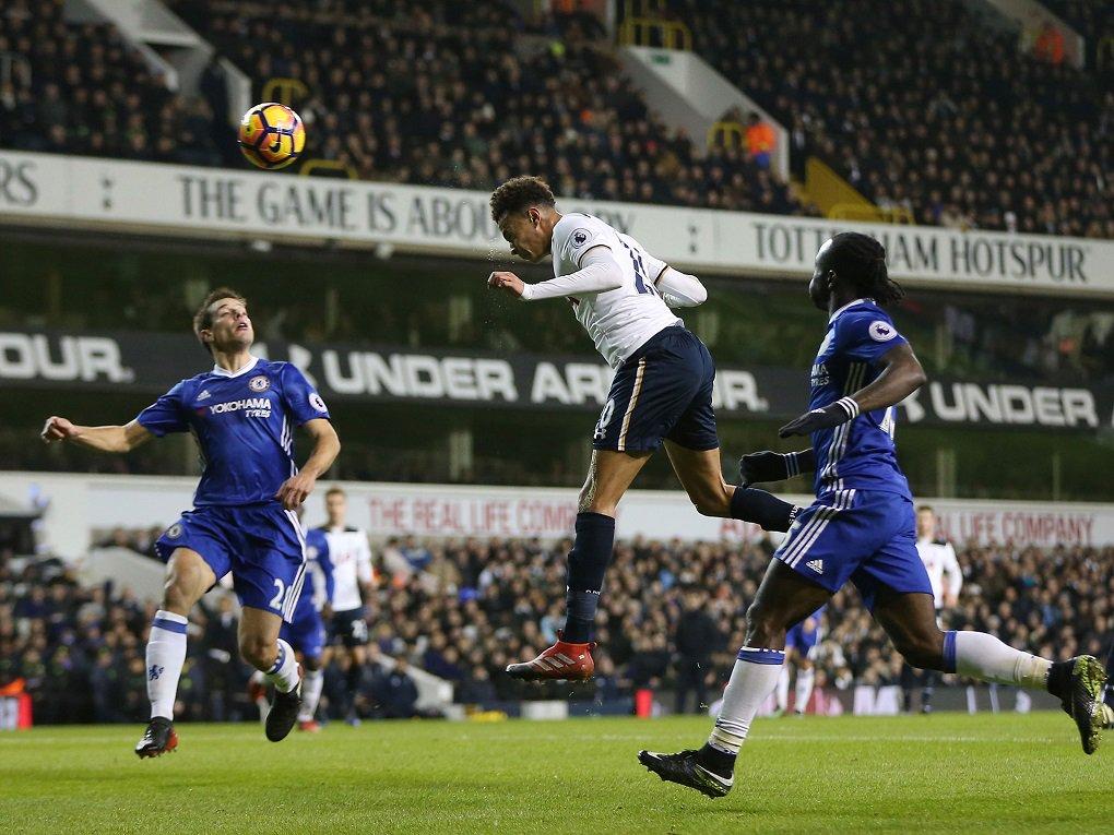 O Chelsea perdeu para o Tottenham por 2 a 0 e viu chegar ao fim sua sequência de 13 vitórias no Campeonato Inglês, nesta quarta-feira; o jovem Dele Alli foi autor dos dois gols do time da casa; mesmo com a derrota, o Chelsea segue tranquilo na liderança, com 49 pontos; a equipe londrina tem cinco de vantagem para o Liverpool, segundo colocado