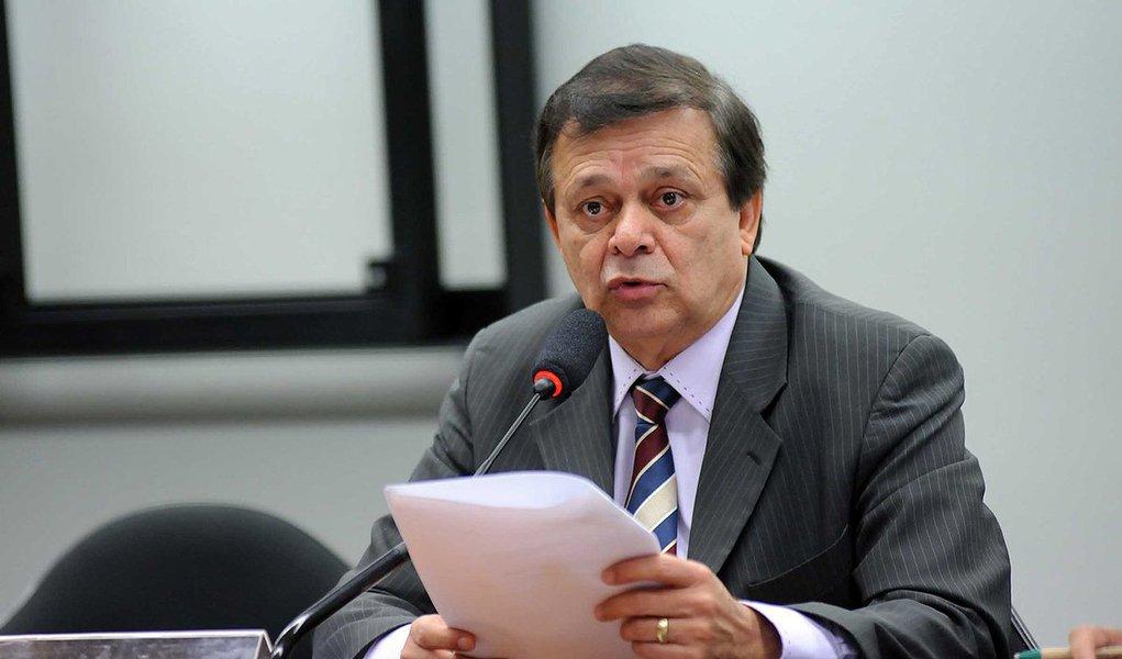 """Relator da comissão do impeachment, o deputado Jovair Arantes (PTB-GO) disse que estuda a possibilidade de anexar ao pedido de afastamento da presidente Dilma Rousseff as acusações feitas na delação do senador Delcídio do Amaral (MS); o presidente da comissão, Rogério Rosso (PSD-DF), disse que a decisão é de Jovair: """"A consideração ou não dos documentos anexados será objeto de decisão do relator quando da elaboração do seu parecer que será submetido ao juízo desse colegiado"""""""