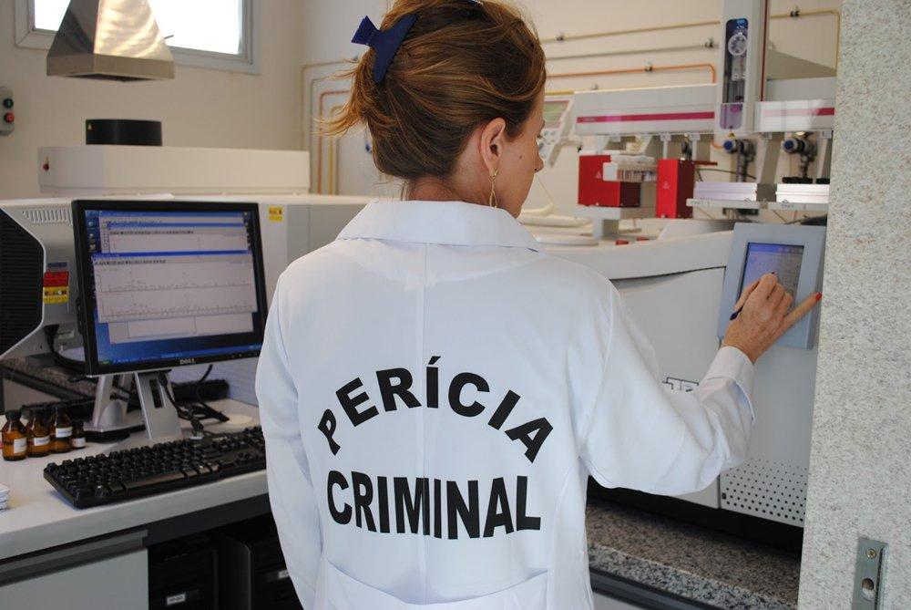 Governador Marconi Perillo e o secretário de Segurança Pública, José Eliton, empossam, na próxima segunda-feira (2), 230 concursados da Superintendência de Polícia Técnico-Científica; são 75 médicos legistas, 30 auxiliares de autopsia e 125 peritos criminais que serão lotados no Instituto de Medicina Legal, nos 13 laboratórios do Instituto de Criminalística e, também, nos 13 núcleos de Polícia Técnico-Científica em cidades do interior; com as nomeações, o governo eleva em quase 70% o número de servidores da Polícia Técnico-Científica da Secretaria de Segurança Pública, dando mais celeridade ao trabalho de análises e à emissão de laudos médicos e periciais