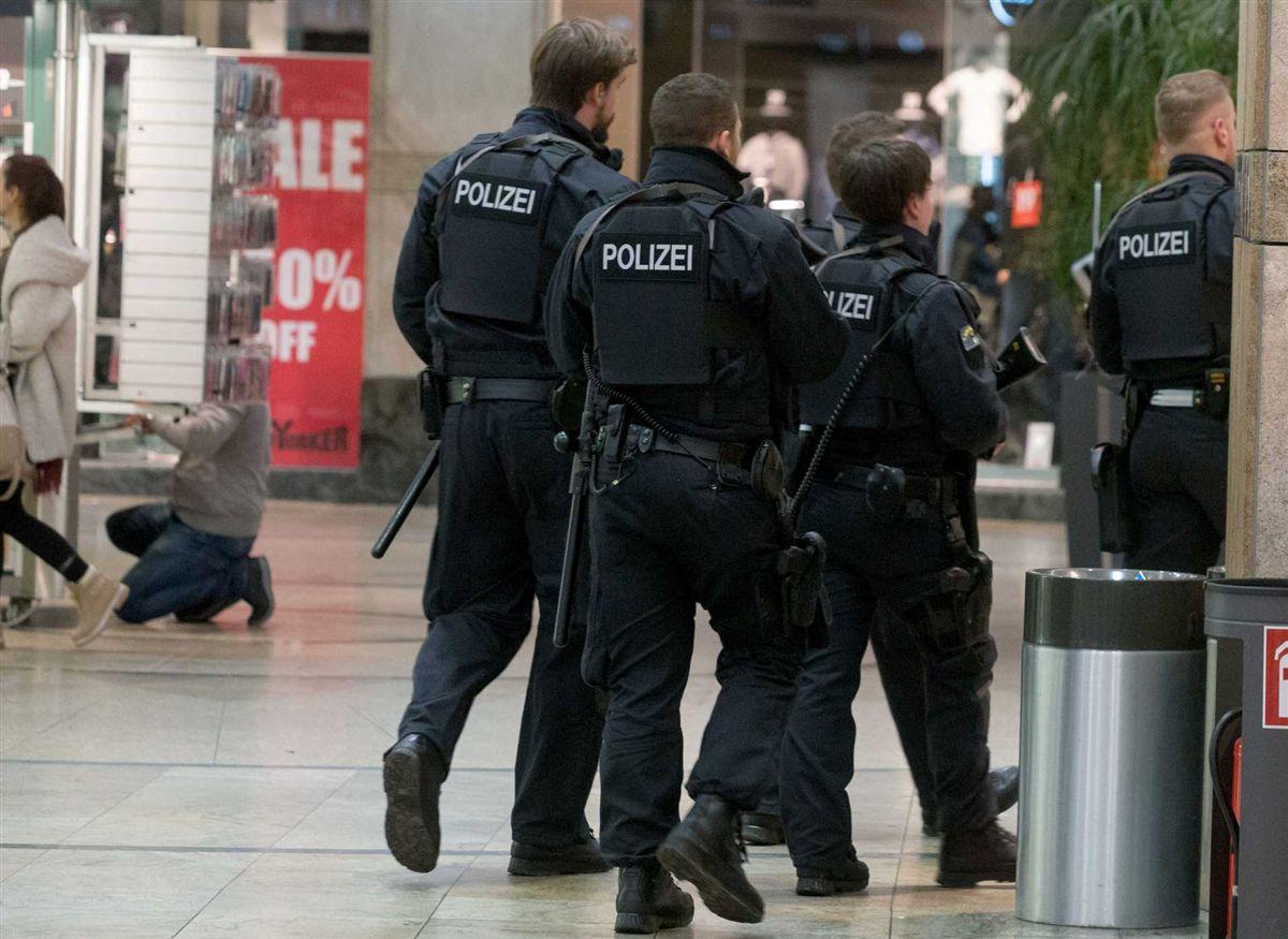 Mais de 1.100 policiais alemães realizaram buscas em 54 casas, empresas e mesquitas em Frankfurt e outras cidades no Estado de Hesse nesta quarta-feira, 1º, e prenderam um tunisiano suspeito de planejar um ataque, disseram autoridades alemães; tunisiano de 36 anos é suspeito de recrutar para o Estado Islâmico na Alemanha desde agosto de 2015 e criar uma rede de apoiadores com objetivo de realizar um ataque terrorista na Alemanha, disse o procurador-geral de Frankfurt em comunicado