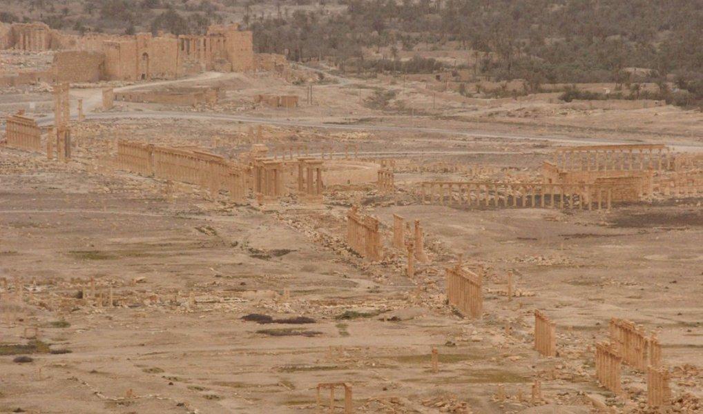 """Integrante do grupo de especialistas da Organização das Nações Unidas para a Educação, a Ciência e a Cultura (Unesco) para o patrimônio sírio, Annie Sartre-Fauriat,disse estar """"perplexa com a capacidade de reconstruir [o centro de] Palmira"""", diante da destruição considerável e das pilhagens na cidade antiga e no museu pelo Estado Islâmico; """"Quando ouço dizer que se vai reconstruir o templo de Bêl, parece-me uma ilusão. Não vamos reconstruir uma coisa que foi reduzida a escombros e a poeira. Construir o quê? Um templo novo? Haverá talvez outras prioridades na Síria antes da reconstrução de ruínas"""", disse"""