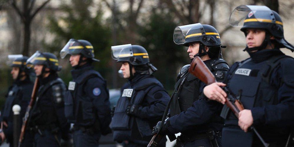 """A polícia de Paris deteve neste domingo mais de uma centena de manifestantes que se opõem à realização da conferência sobre o clima; """"São pequenos grupos violentos que atacaram a polícia com projéteis e até mesmo com uma bola de boliche [bowling]"""", informou o chefe de polícia, Michel Cadot, acrescentando que nenhum dos manifestantes ou elementos das forças de segurança policiais ficaram feridos; a marcha pelo clima, agendada para hoje em Paris, onde na amanhã (30) começa a conferência das Nações Unidas sobre clima, foi cancelada por causa dos atentados de 13 de novembro na capital francesa"""