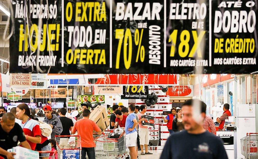 As vendas online da Black Friday somaram R$ 1,53 bilhão, salto de 76% sobre 2014, quando as liquidações da última sexta-feira de novembro (27) atingiram em R$ 872 milhões, informou a ClearSale, em parceria com o BuscaDescontos, organizador da BlackFriday.com.br; foram feitos 3,122 milhões de pedidos ao preço médio de R$ 492, enquanto no ano anterior foram 2,092 milhões de encomendas, a um valor médio de R$ 416