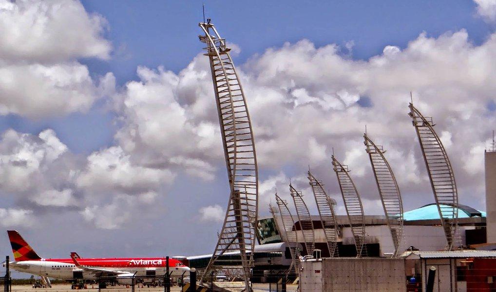 Um voo da empresa Avianca, que seguia de Maceió para São Paulo, precisou ser cancelado na manhã desta terça-feira (26), no Aeroporto Zumbi dos Palmares; durante a decolagem uma ave atingiu uma das turbinas