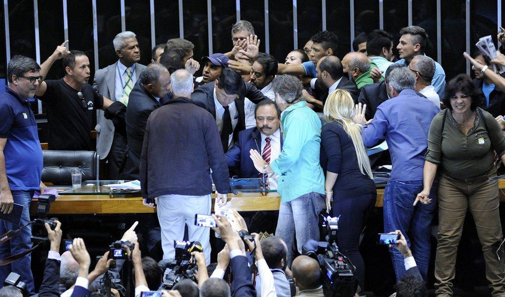 Todos os manifestantes que invadiram na tarde desta quarta (16) o Plenário da Câmara dos Deputados já deixaram o local; com isso, a sessão foi retomada pelo presidente da Câmara, Rodrigo Maia (DEM-RJ); antes, Maia determinou ao Departamento de Polícia Legislativa que prendesse todos os manifestantes que invadiram o plenário da Câmara; eles foram levados pelas polícias Federal e Legislativa