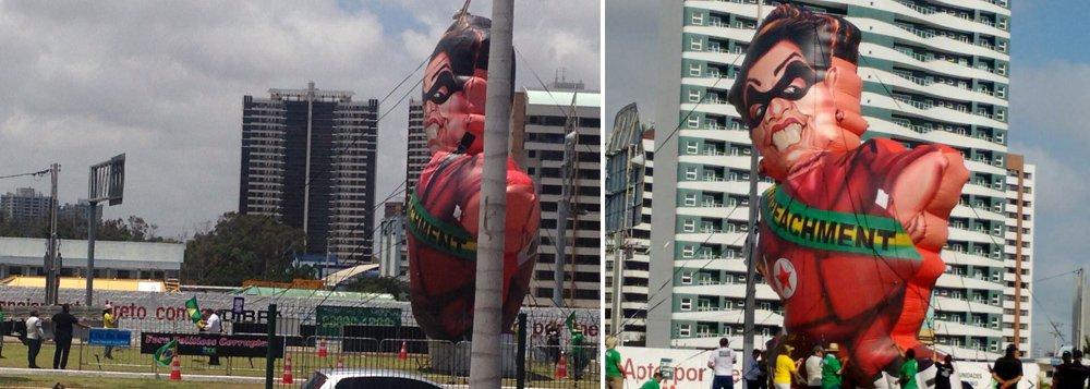 O boneco pedindo o impeachment da presidente Dilma (PT) foi erguido na manhã desta sexta-feira (23), na avenida Washington Soares, ao lado do Centro de Eventos. Os responsáveis pelo protesto também estão realizando adesivaço, panfletagem, e maracaram manifestação para a tarde de hoje. Movimentos de apoio a Dilma estão se dirigindo ao local para realizar ação