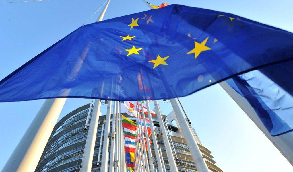 Os 28 Estados-membros da União Europeia (UE) concederam em 2014 mais de 2,3 milhões de autorizações de residências, segundo ogabinete oficial de estatísticas da UE, o Eurtostat;ucranianos, com 302.772 vistos recebidos, foram os principais beneficiários, sendo seguidospelos norte-americanos (199.244); ucranianos são os quem mais pedem vistos de trabalho (68,2%), seguindo dos indianos (40,5%) e os vistos de estudante são mais requisitados por chineses (59,4%) e brasileiros (46,4%)