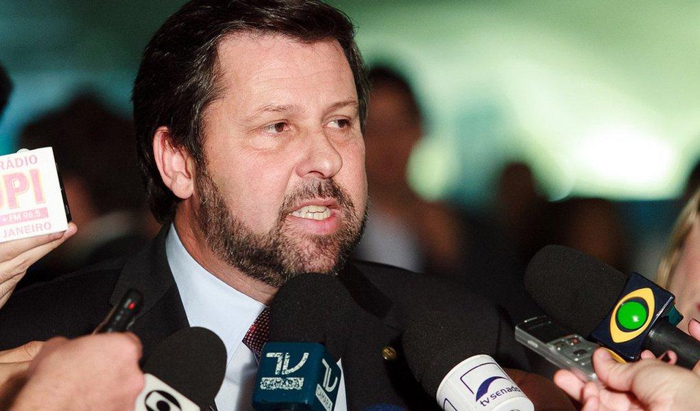 Líder do PSDB na Câmara, Carlos Sampaio (SP) anunciou que os partidos de oposição devem recorrer ao Supremo para anular a liminar concedida ontem ao PCdoB que suspendeu, temporariamente, o processo de impeachment contra a presidente Dilma; segundo o tucano, a tendência é que seja impetrada uma ação conhecida como amicus curiae(amigo da Corte), ou seja, não é amigo das partes que disputam uma questão na Justiça; oposição também anunciou que obstruirá as votações até que seja definido o rito do impeachment