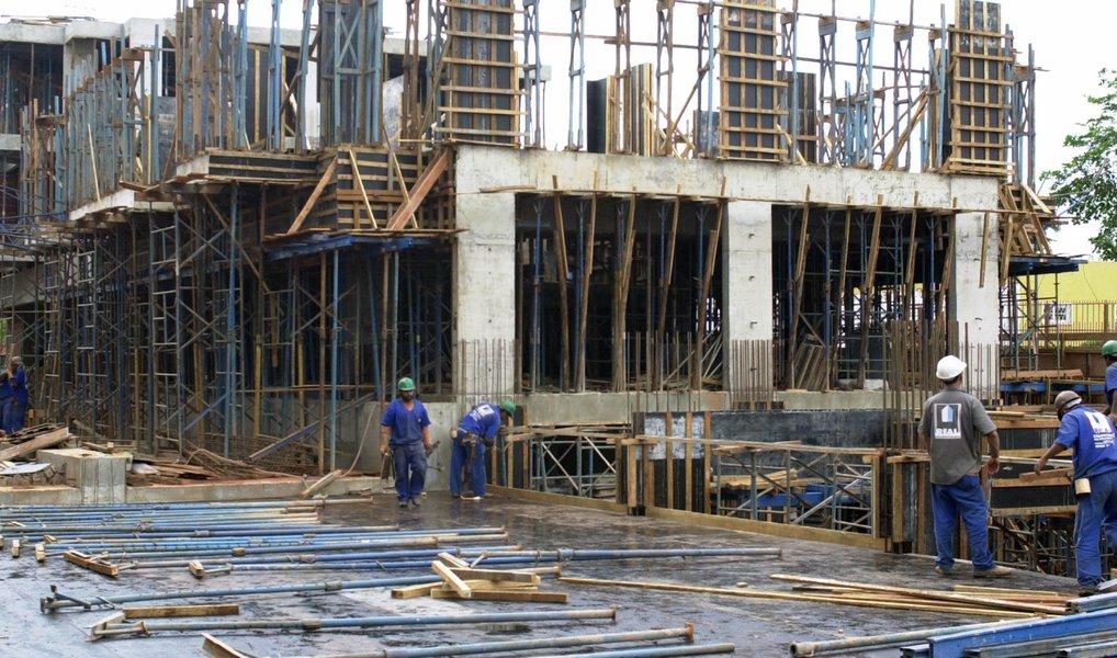 A Confederação Nacional da Indústria (CNI) informou nesta segunda-feira 21 que o pessimismo vem diminuindo entre empresários da construção; de acordo com dados da Sondagem Indústria da Construção, o índice de evolução do nível de atividade no setor passou de 33,6 pontos em janeiro para 35,2 pontos em fevereiro