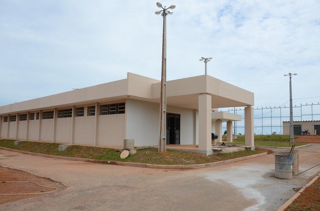 Conclusão das obras de quatro presídios estaduais, em construção pela Agetop nas cidades de Formosa (53% da obra finalizada), Águas Lindas de Goiás (35%), Novo Gama (41%) e Anápolis (85%), disponibilizará 1,2 mil vagas ao Sistema Prisional em Goiás, reduzindo o déficit atual de cárceres; investimentos, ao todo, são de R$ 55 milhões; cada unidade tem área construída de quase seis mil metros quadrados e conta com setor de alojamentos, dividido em duas alas, sendo 150 celas em cada uma