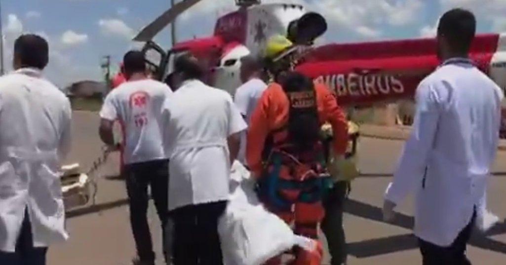 Um menino de 6 anos de idade foi baleado no tórax por um Policial Civil do Distrito Federal na manhã desta sexta-feira (6) durante uma briga de trânsito; a situação ocorreu na altura do km 15 da BR-070, em Águas Lindas de Goiás; testemunhas relataram que o policial se desentendeu com o motorista do outro carro e atirou contra ele; a criança estava presa à cadeirinha e foi levada de helicóptero ao Hospital de Base em estado grave