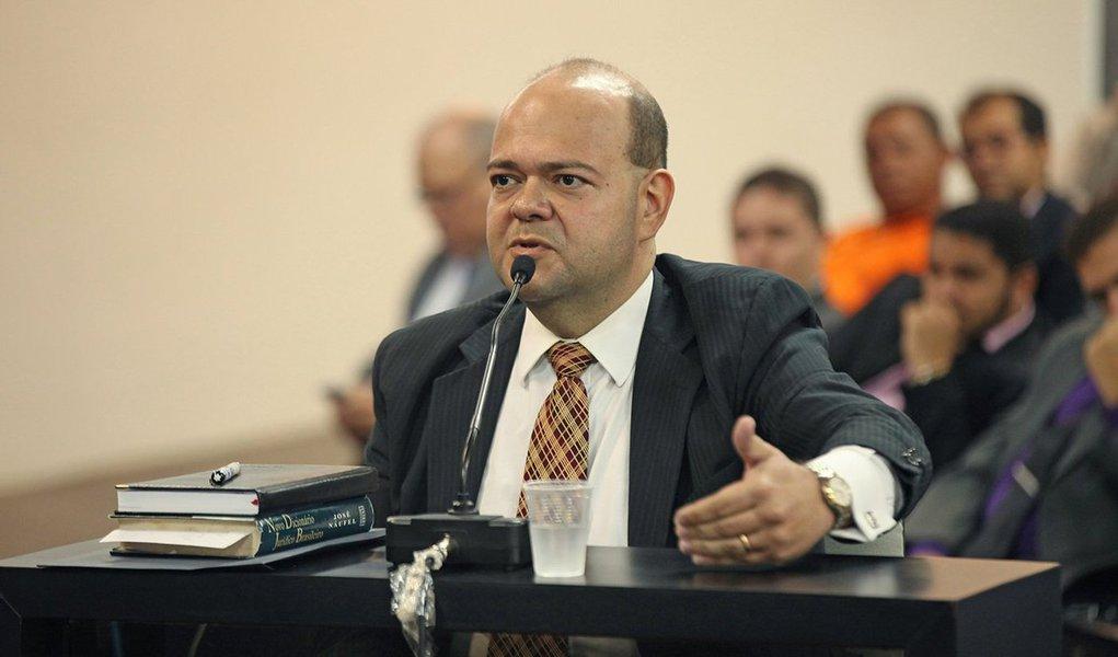 O advogado Anthony Silva Sampaio de Melo foi condenado a 12 anos e 2 meses de reclusão por homicídio qualificado tentado; ele já teve a prisão decretada e deve cumprir a pena em regime fechado; Anthony foi a julgamento após efetuar oito disparos de arma de fogo contra o vizinho, o empresário Antônio José Acioly Maciel, de 70 anos, crime ocorrido em 2011, em Maceió