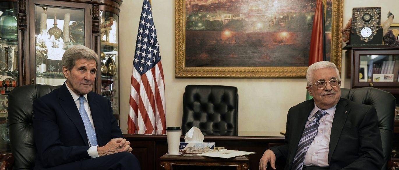 """Secretário de Estado norte-americano, John Kerry, anunciou, em Amã, um acordo entre a Jordânia e Israel sobre novas regras na Esplanada das Mesquitas, numa tentativa de pôr fim à onda de violência entre israelenses e palestinos; segundo Kerry,o premiê israelense BenjaminNetanyahu aceitou a sugestão do rei Abdallah de assegurar câmaras de vigilância durante 24 horas em todos os locais da Esplanada das Mesquitas, além de """"respeitar plenamente o papel particular"""" da Jordânia comoguardiã dos lugares sagrados, de acordo com regras estabelecidas em 1967;Israel também era demonstrado intenção de compartilhar a praça"""