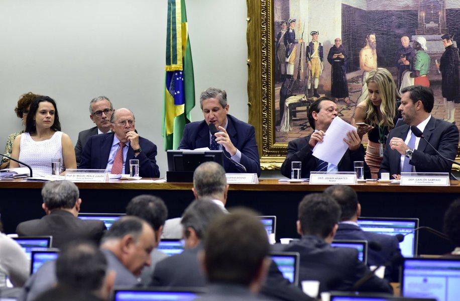 Conforme acordado na manhã desta quarta-feira 30, a comissão especial do impeachment realiza uma reunião nesta noite para ouvir os advogados Miguel Reale Jr. e Janaína Paschoal, autores do pedido que culminou no processo de impeachment da presidente Dilma