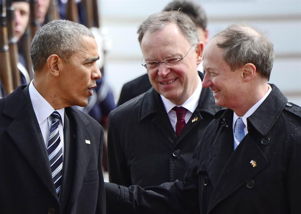 """Os Estados Unidos e a União Europeia devem """"prosseguir"""" as negociações sobre o acordo de livre-comércio, com o objetivo de concluí-las """"até ao fim do ano"""", afirmou neste domingo o presidente norte-americano, Barack Obama, em visita à Alemanha; """"Angela [Merkel] e eu estamos de acordo para afirmar que os Estados Unidos e a União Europeia [UE] precisam de prosseguir as negociações de um acordo comercial transatlântico"""", apesar das divergências e das críticas, declarou Barack Obama numa entrevista junto com a anfitriã alemã, na chegada a Hanôver"""