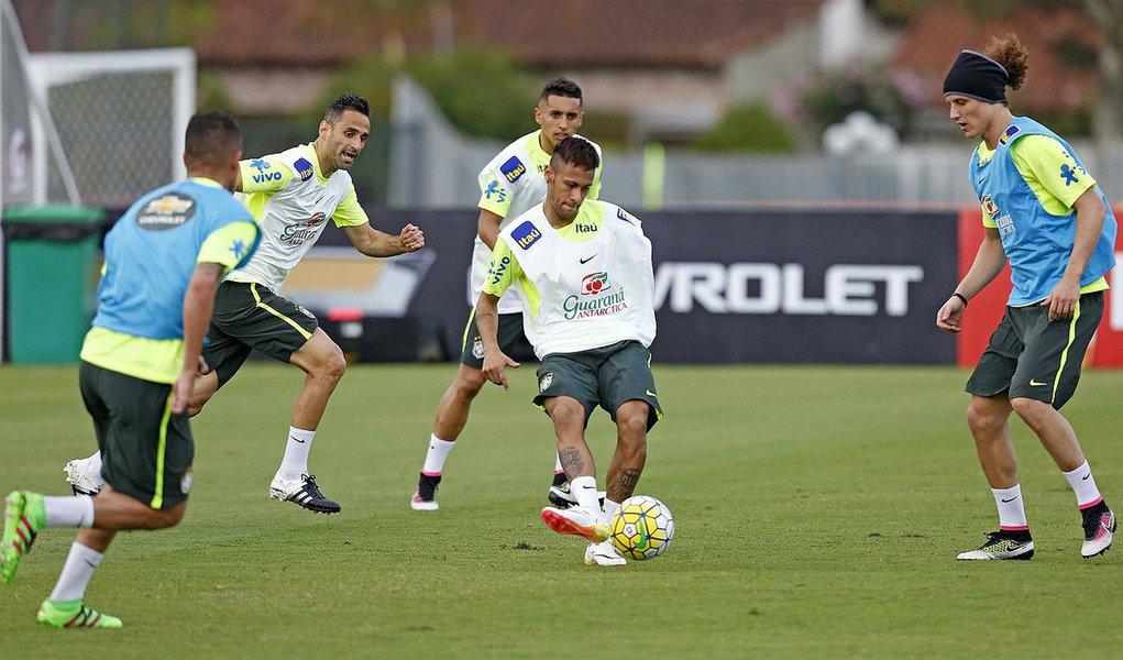 O atacante Neymar sentiu um desconforto muscular, mas exames não revelaram lesão e ele participou do treino da seleção brasileira nesta quarta-feira, quando o técnico Dunga manteve a mesma formação da véspera no time titular