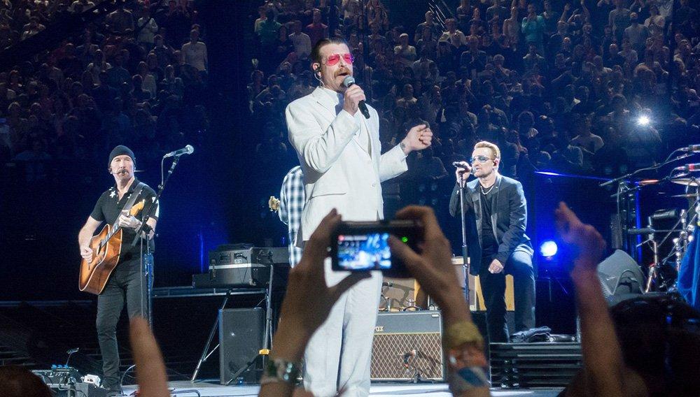 """O Eagles of Death Metal, a banda que se apresentava no palco quando ocorreu o mais letal dos ataques do Estado Islâmico em Paris em 13 de novembro, fez uma aparição emotiva e forte em um show do U2 na capital francesa; liderada pelo vocalista Jesse Hughes vestido com um terno branco, na Arena Accorhotels, a banda de rock californiana interpretou uma versão de Patti Smith de """"People have the Power"""" e depois uma canção própria, """"I Love You All The Time"""""""