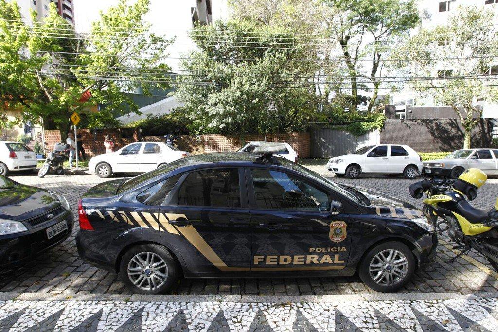 A Polícia Federal (PF) cumpriu mandado de busca e apreensão no Instituto Jaime Lerner, em Curitiba, na manhã desta quinta-feira, no âmbito da Operação Nosotros; ação, que tem como foco principal Palmas, capital do Tocantins, investiga suspeitas de irregularidades na implantação, na cidade, do sistema de ônibus BRT ao custo de R$ 260 milhões; segundo a polícia, houve repasse de informações privilegiadas da prefeitura de Palmas a empresas que participaram da concorrência do BRT
