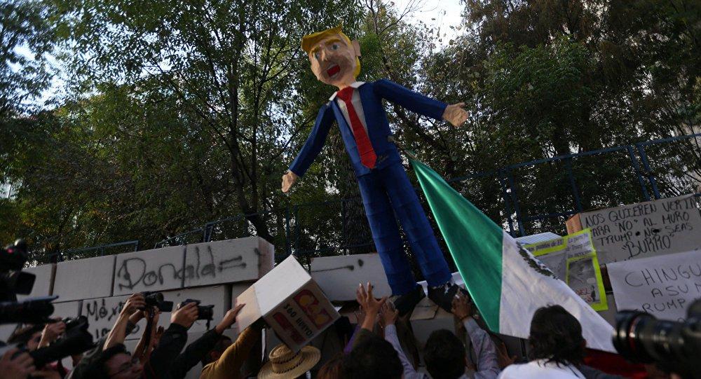 """A Casa Branca negou as informações veiculadas pela AP sobre as supostas ameaças que o presidente dos EUA, Donald Trump, teria feito ao seu líder mexicano, Enrique Peña Nieto, sobre o envio de tropas para conter os """"hombres maus"""" do México, de acordo com o jornal The Hill"""