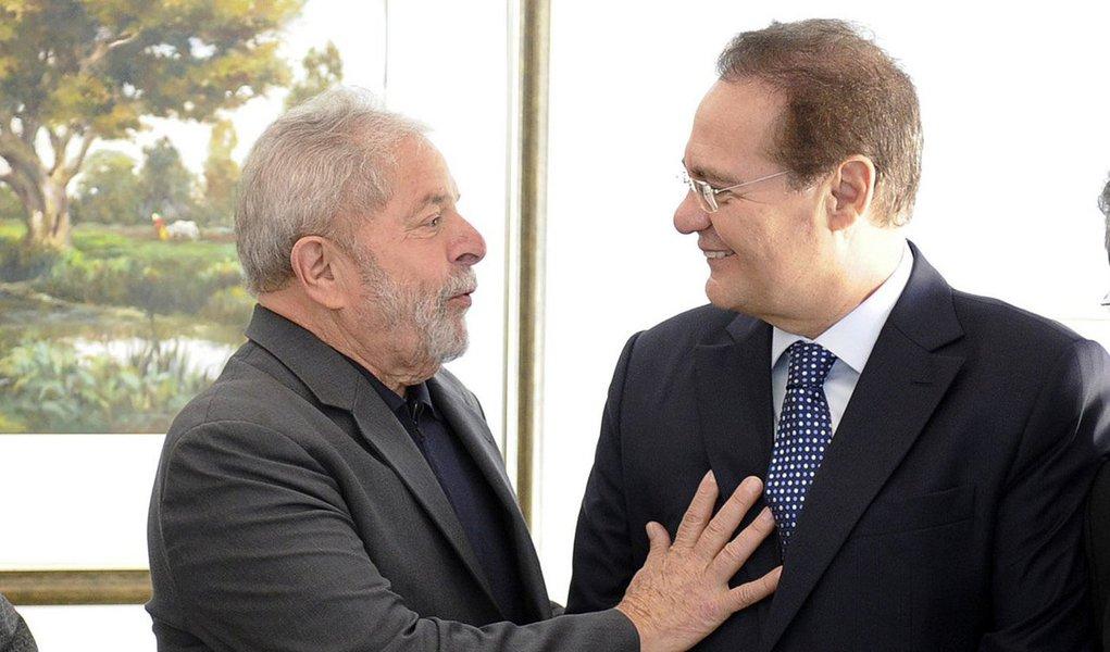 """Presidente do Sendo, Renan Calheiros (PMDB), demonstrou nesta quarta-feira, 16, otimismo com a ida do ex-presidente Lula para a Casa Civil do governo; """"O que eu sei é que indiscutivelmente ele [Lula] tem boas relações com o Congresso Nacional e eu espero, e acho que o Brasil espera também, que as coisas melhorem no país"""", afirmou; Renan destacou que o Brasil está vivendo um """"momento de paralisia""""; """"O PMDB tem tentado apresentar agendas para mudar essa realidade e eu acho que se ele puder colaborar e se dispuser a colaborar será acolhido"""""""