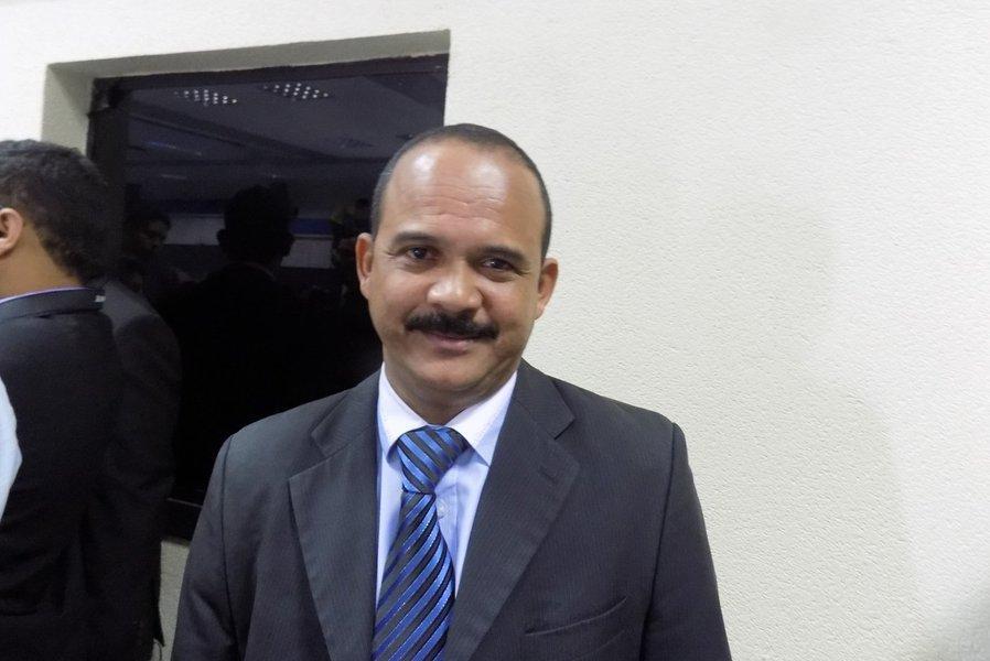 Preso em uma reunião na Câmara Municipal de Camaçari, o líder da oposição, vereador Antônio Elinaldo, do DEM, é acusado de fazer parte de uma quadrilha especializada em 'jogo do bicho'; ele foi detido por policiais civis pela Operação Caronte e, de acordo com as investigações, integrava o bando 'O Pinta', que atuava há 28 anos na Bahia; a esposa do vereador também foi presa; Elinaldo foi o vereador mais votado de Camaçari em 2012 e é o pré-candidato com maior intenção de voto para a prefeitura em 2016