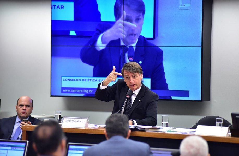 """Deputado Jair Bolsonaro (PSC-RJ) diz ser vítima de perseguição política e assegura que nada o impedirá de lançar candidatura à Presidência da República em 2018; """"Gostem ou não gostem, eu sou candidato em 2018"""", anunciou, durante sessão do Conselho de Éticaque analisa o processo por quebra de decoro parlamentar contra o deputado Jean Wyllys (PSOL-RJ);ele destacou já ter respondido a 30 processos; """"É uma perseguição atrás da outra"""""""