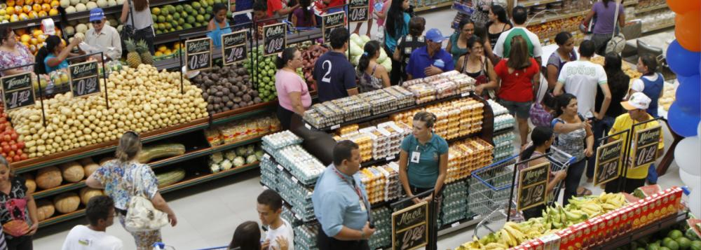 A informação foi divulgada pelaAssociação Brasileira de Supermercados, comparando a alta com o mesmo período do ano passado; de acordo com os dados, nesse percentual, já está considerado o desconto da inflação do período, medida pelo Índice Nacional ao Consumidor Amplo (IPCA), do IBGE; no acumulado desde janeiro deste ano, há um recuo de 1,02%, também com valor já deflacionado; se comparado a igual mês do ano passado, as vendas caíram 1,56%