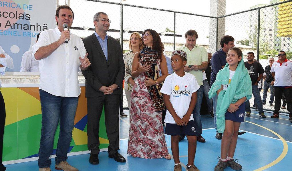 prefeito do Rio de Janeiro, Eduardo Paes, inaugurou mais uma unidade escolar construída pelo programa Fábrica de Escolas do Amanhã Governador Leonel Brizola, em Jacarepaguá, zona oeste da cidade; a Escola Municipal Primário Azerbaijão, no Anil, vai beneficiar 720 alunos, do 1º ao 6º ano, que estudarão em turno único, com sete horas de aula por dia; o embaixador do Azerbaijão no Brasil, Elnur Sultanov, esteve presente na inauguração e presenteou a escola com um tapete, uma das tradições culturais do país europeu