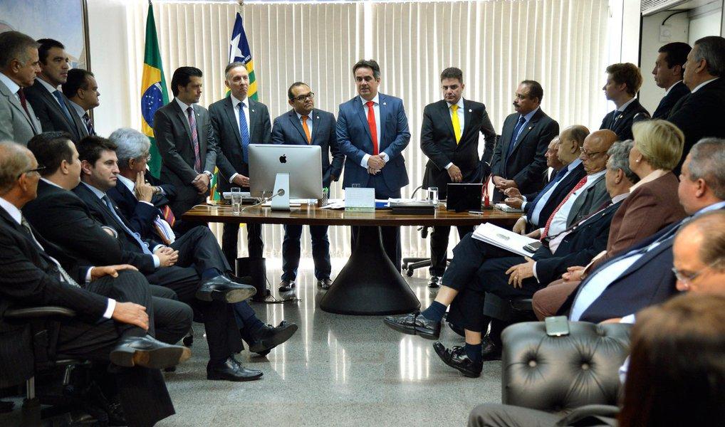 """O Partido Progressista (PP), que possui a terceira maior bancada da Cãmara, decidirá sobre sua permanência na base do governo Dilma Rousseff entre pos dias 11 e 12 de abril; ideia é que a decisão ocorra um dia antes ou depois da votação do relatório da Comissão Especial do Impeachment, na Câmara dos Deputados; no momento, o partido encontra-se dividido sobre qual rumo tomar;""""Não temos uma posição. Há posições claras de parlamentares que são contra e a favor"""", disse olíder da legenda na Câmara, Aguinaldo Ribeiro (PB)"""
