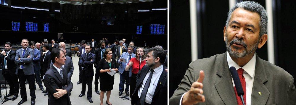"""Caberá a bancada federal de Alagoas votar por último no processo de impeachment, portanto, os votos poderão ser decisivos no próximo domingo (17); defensor da presidente Dilma, o deputado Paulão (PT) acredita que o impedimento não irá passar: """"Avalio que a gente vai ganhar. Vai ser uma eleição apertada, mas o impedimento não passará""""; Paulão considera que o clima que se tem hoje nas ruas, de que o impeachment é irreversível, """"foi criado pela grande mídia e pelo poder econômico"""""""