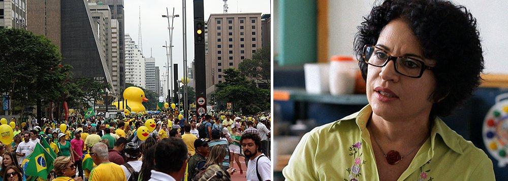 """Em comentário no quadro Arte da Gestão na rádio CBN, a doutora em Filosofia Vivane Mosé afirmou que o Brasil vive um quadro grave de polarização; ela defendeu que os manifestantes que foram às ruas contra o governo representam pouco mais de 2% da população brasileira; """"Existe incitação pública para impeachment de Dilma e prisão de Lula, apesar de faltarem motivos legais"""", afirmou; """"Além disso, mudar figura da presidente Dilma não muda corrupção nem situação econômica do país"""""""