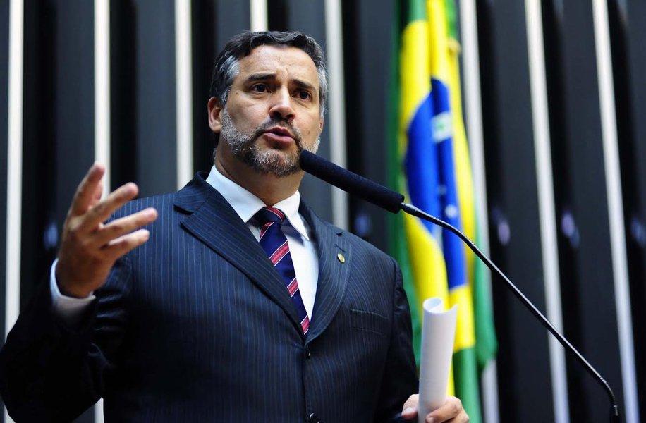 """O deputado federal Paulo Pimenta (PT-RS) criticou o posicionamento do também deputado federalMajor Olimpio (SD-SP) sobre as chacinas em presídios do Amazonas e de Roraima; em postagem no Facebook, o major desafiou o presídio de Bangu (RJ) a """"fazer melhor"""" que Manaus e Roraima; pelo Twitter, Pimenta""""criminosa, incompatível com qualquer noção de ética e civilidade"""""""