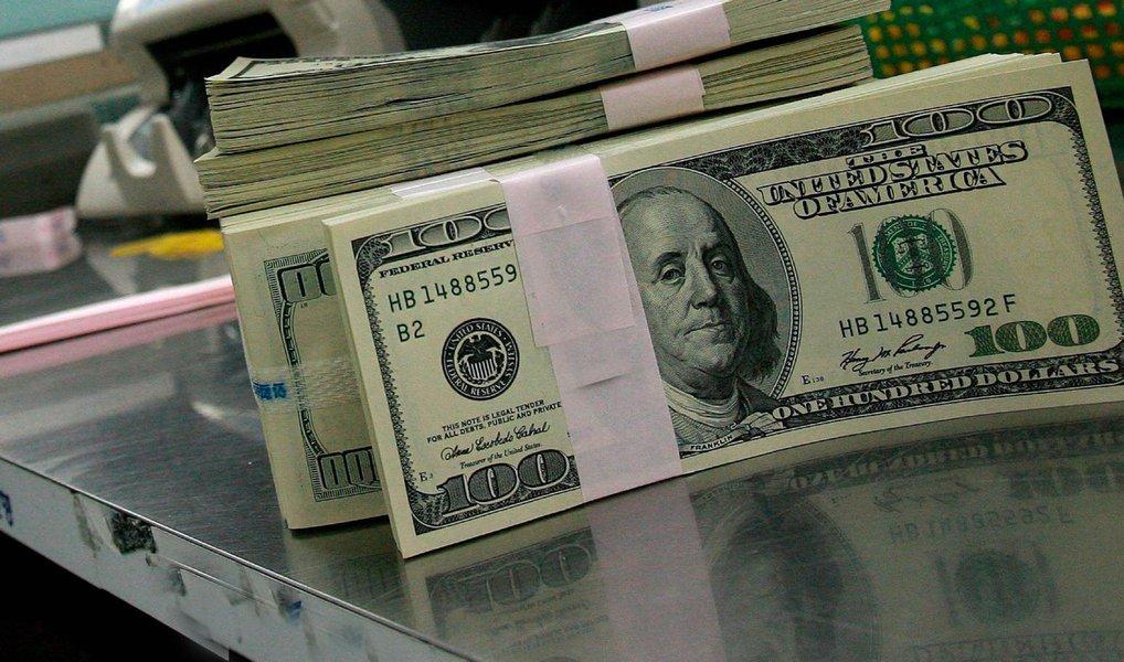 Após apresentar altas por quatro dias consecutivos, moeda norte-americana fechou em quedade 0,9% nesta quinta-feira (22);dólar fechou o dia cotadoa R$ 3,9075para venda, após acumular alta de 3,75%nas quatro últimas sessões