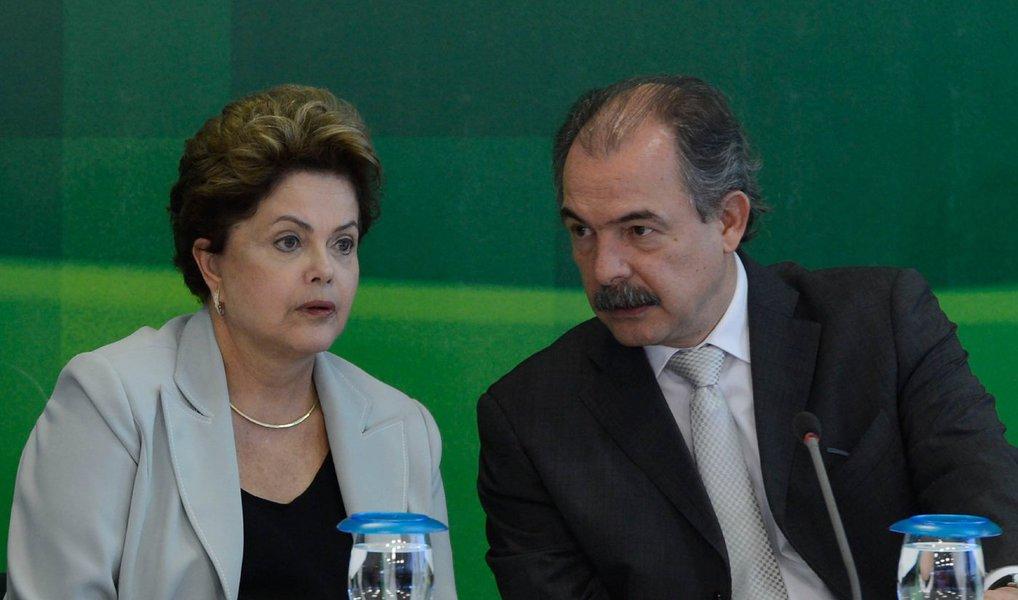 Presidente Dilma Rousseff está reunida neste momento com o ministro da Educação, Aloizio Mercadante, no Palácio do Planalto; Mercadante foi chamado para explicações após a revelação de que teria tentado oferecer ajuda financeira para ao senador Delcídio do Amaral (PT-MS), para que ele não firmasse acordo de delação premiada; supostos diálogos de conversas de José Eduardo Marzagão, assessor de Delcídio, com Mercadante, foram divulgados após a homologação da delação de Delcídio pelo ministro Teori Zavascki, que retirou o sigilo das declarações do senador