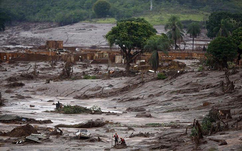 Bombeiros procuram vítimas em Bento Rodrigues, distrito de Mariana (MG) que foi inundado por lama após rompimento de barragens da mineradora Samarco. 08/11/2015 REUTERS/Ricardo Moraes
