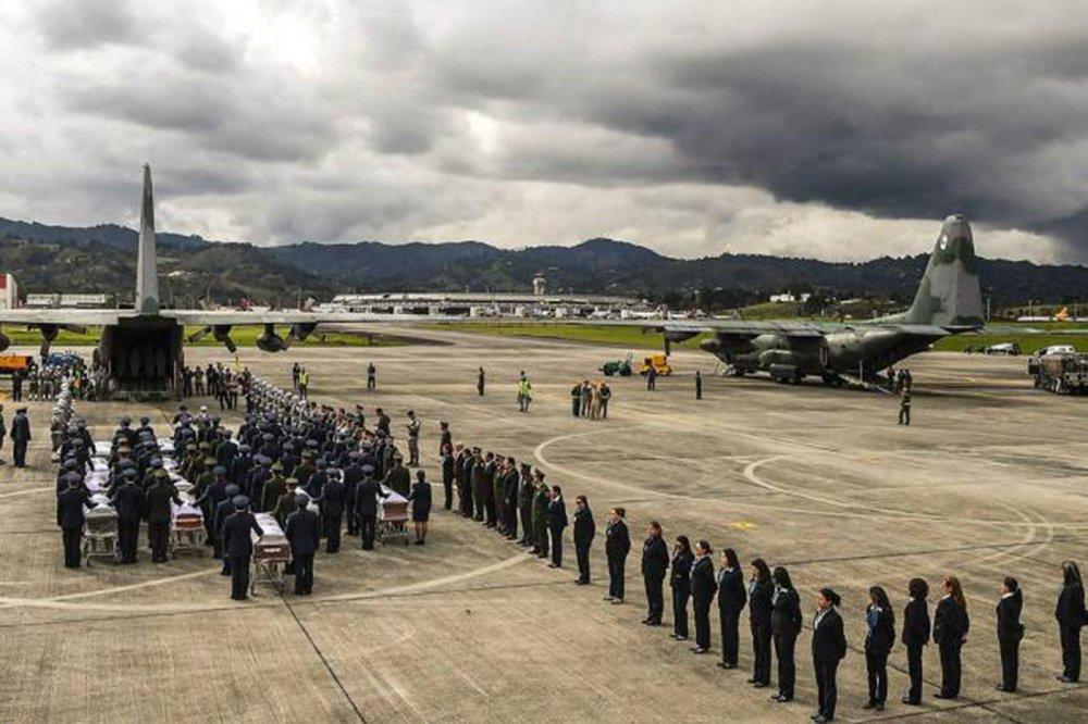 Os cinquenta corpos de vítimas do voo que levava a delegação da Chapecoense e jornalistas para Medellín, na Colômbia, deixaram Manaus a partir das 4h deste sábado (3); três aeronaves C-130 Hércules da Força Aérea Brasileira (FAB) saíram após escala na Base Área da capital; em Chapecó, os corpos vão ser velados na manhã de sábado (3), na Arena Condá