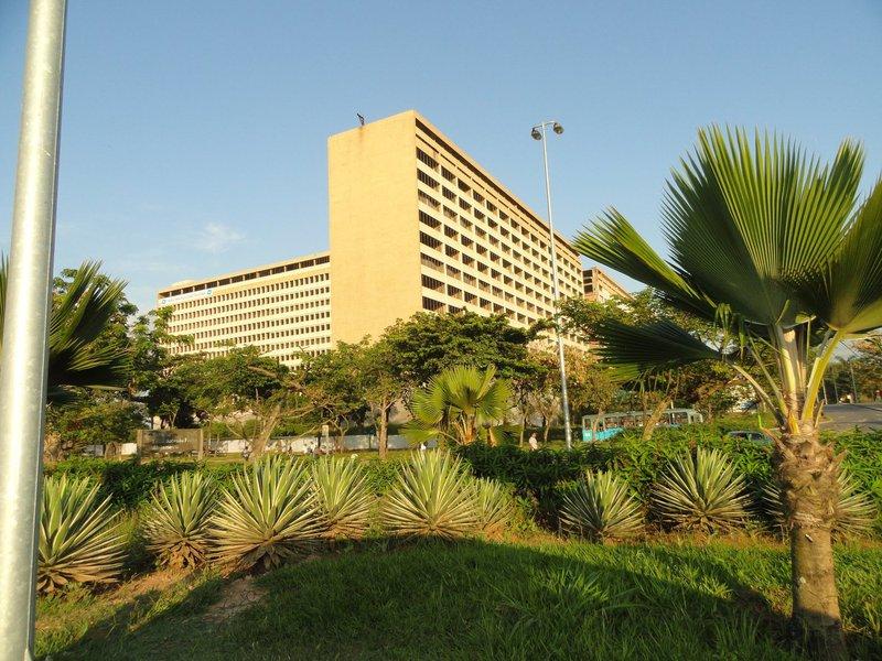 Na Universidade Federal do Rio de Janeiro (UFRJ), a maior do país, o curso de pedagogia, com cerca de 750 alunos, teve de interromper as aulas por causa de uma infiltração na estrutura do edifício onde funciona a faculdade