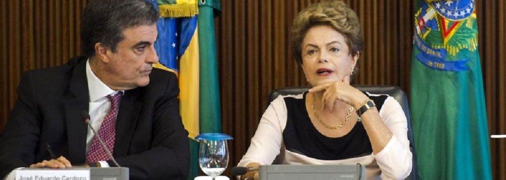 """Para o ministro da Advocacia-Geral da União (AGU), José Eduardo Cardozo, a banalização do impeachment da presidente Dilma Rousseff seria um ato capaz de inviabilizar o país para investimento: """"Que segurança jurídica terão os mercados para garantir uma possibilidade de crescimento do país quando o sistema se mostraria tão frágil? Superar o impeachment é fundamental para o país avançar e sair da crise""""; ele garante que, após a vencer a votação, a presidente Dilma vai governar, mesmo com o ex-presidente Lula nomeado na Casa Civil; """"[Lula] teria muito a contribuir, o que em nenhum momento traria restrição ao exercício do mandato e à capacidade decisória da presidenta"""", diz"""
