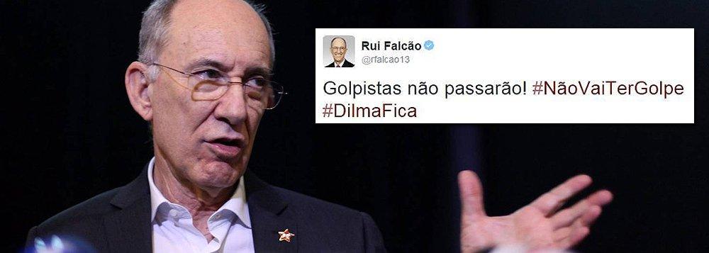 """Nas redes sociais,presidente nacional do PT, Rui Falcão, reagiu ao anúncio da abertura do processo de impeachment de Dilma Rousseff, feito pelo deputado Eduardo Cunha (PMDB-RJ), nesta quarta-feira (2): """"Golpistas não passarão"""".; o PT deve entrar com uma ação no STF pedindo do afastamento de Cunha do comando da Câmara por """"chantagem e abuso de poder"""""""