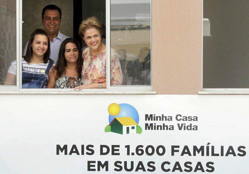 """Mais de 10 mil baianos realizam nesta sexta-feira o sonho de receber as chaves de sua casa própria; no total, 2.556 famílias foram beneficiadas com imóveis do Minha Casa, Minha Vida entregues pelo governador Rui Costa e a presidente Dilma Rousseff; """"Essa valiosa conquista é algo que devemos valorizar. Até o final do próximo ano ainda entregaremos 1,5 milhão de casas como essas"""", afirmou Dilma"""