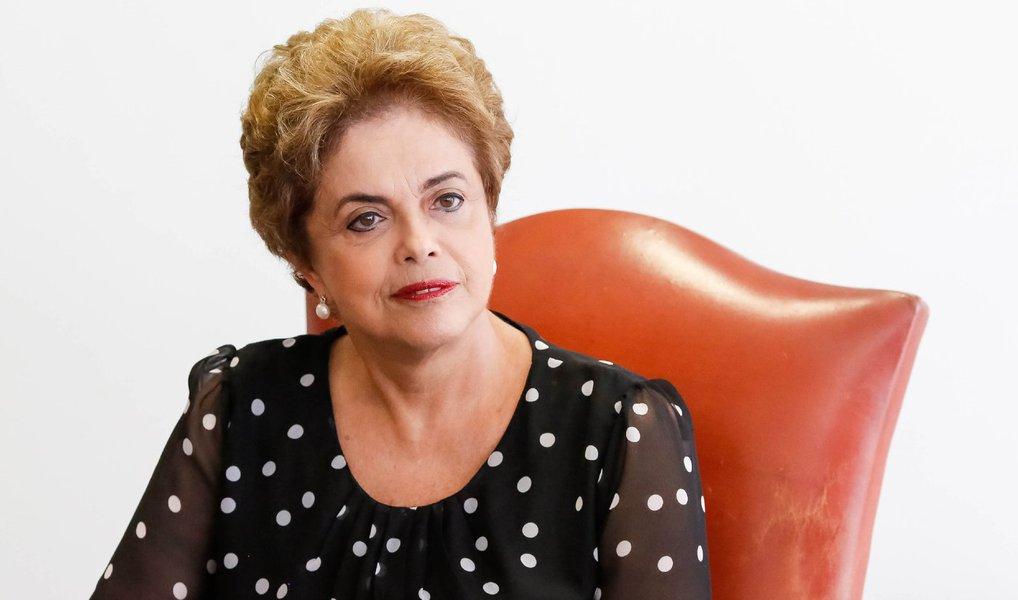 """A oposição entrou com uma ação na Justiça Federal de Brasília visando impedir que a presidente Dilma Rousseff faça um pronunciamento à nação em cadeia de rádio e televisão nesta sexta-feira (15); ação, movida pelo Solidariedade, alega que """"o presidente da República poderá convocar as emissoras prestadoras dos serviços de radiodifusão sonora (rádio) e de sons e imagens (TV) tendo por escopo a preservação da ordem pública e da segurança nacional ou no interesse da administração, jamais, pois, para interesse pessoal"""""""