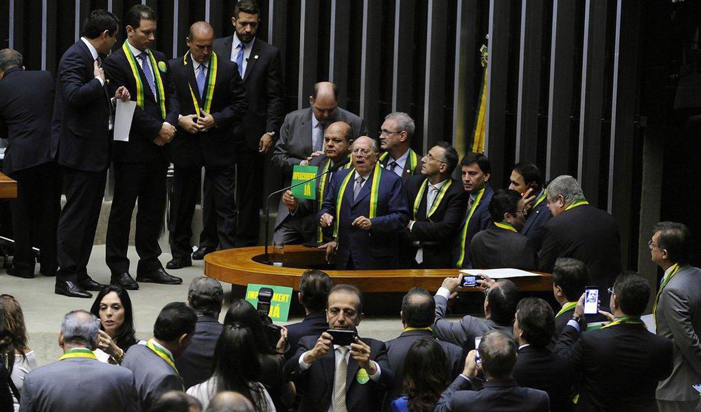 """Jurista Miguel Reale Júnior, um dos autores da denúncia contra a presidenta Dilma Rousseff, abriua sessão que discute o processo de impeachmentrebatendo os gritos de guerra de manifestantes favoráveis à manutenção do governo Dilma Rousseff; """"Golpe sim houve quando se sonegou a revelação de que o país estava quebrado, quando se mascarou a situação fiscal do país e continuaram a fazer imensos gastos públicos e tiveram que se valer de empréstimos de entidades brasileiras"""", afirmou."""