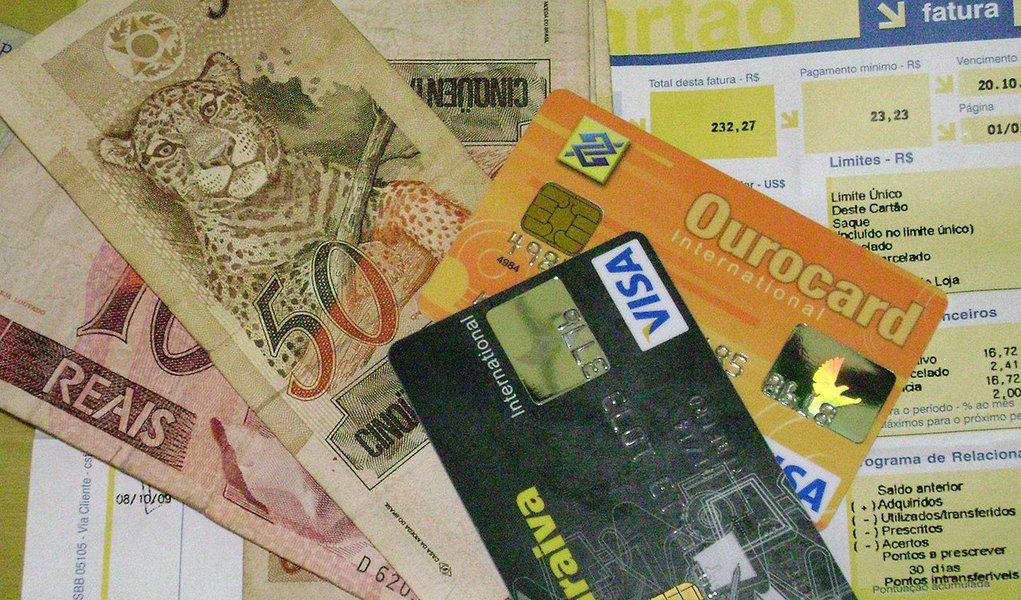 Inadimplência no mercado de crédito brasileiro no segmento de recursos livres subiu a 5,6% em março; segundo dados do Banco Central, índice foi de 5,% ao longo de fevereiro; estoque total de crédito no país recuou 0,7%, chegando a R$ 3,161 trilhões, equivalente a 53,1% do Produto Interno Bruto (PIB)