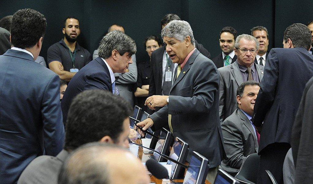 Por unanimidade, o processo no Conselho de Ética contra o líder do Psol, deputado Chico Alencar (RJ), foi arquivado; 16 parlamentares votaram com o relator do processo, deputado Sandro Alex (PPS-PR); o relator votou pela inépcia e ausência de justa causa na representação, que foi apresentada pelo deputado Paulinho da Força (SD-SP)