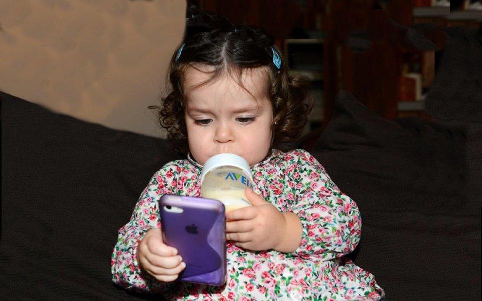 """Para os jovens, o celular, hoje, é uma prótese indispensável. """"O celular é a nossa 'real TV', o instrumento mais importante para controlar as reações com os outros, as disputas, a imagem que temos de nós mesmos, o tempo. O celular nos torna autores da nossa vida"""", afirma o pesquisador inglês Micheal Hulme."""