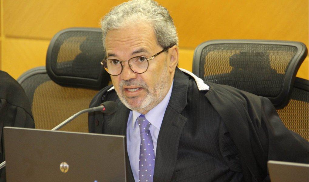 """O presidente do Tribunal de Contas do Estado (TCE), Clóvis Barbosa, recomendou ontem que a prefeitura de Aracaju realize, em 15 dias, um novo procedimento de contratação emergencial de prestador de serviço para a coleta do lixo na cidade; em sua decisão, o conselheiro afirmou que o processo realizado pela Empresa Municipal de Serviços Urbanos (Emsurb) que contratou a Cavo é """"nulo"""", mas ponderou que, diante do caso em questão, recomendou que a atual relação seja mantida até que ocorra nova seleção"""