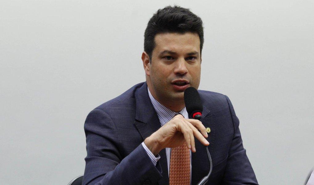 """Em discurso na comissão do impeachment, líder do PMDB defende que todos os cargos eleitos em 2014 são legítimos, inclusive o da presidente Dilma Rousseff, e diz que o movimento pró-impeachment provocou uma situação nefasta no país; Leonardo Picciani ainda mandou um recado a um dos líderes do golpe: """"o País está acima da ambição pessoal"""";o deputado liberou o voto na comissão da bancada do partido, que rompeu oficialmente com o governo"""